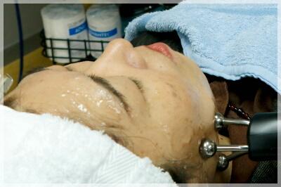 電気を通すためにお顔にジェルを塗りますので、お化粧が落ちてしまう可能性があります。ご了承下さい。